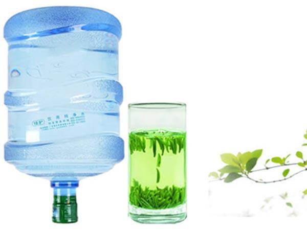 成年人每天至少要喝1.5升水